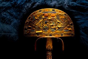Flabello di Tutankhamon privo di piume, in legno dorato, paste vitree e lungo 125 centimetri. Sono presenti i cartigli, l'uas ed lo shen. (fonte Wikipedia)